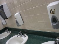 dávkovač na mýdlo ve veřejné WC